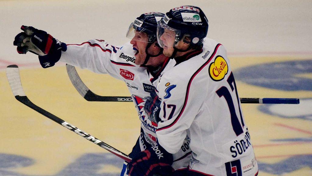 Pär Arlbrandt i måljubel tillsammans med Carl Söderberg.