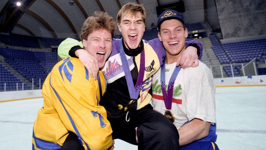 Västeråskillarna Leif Rohlin, Tommy Salo, Patrik Juhlin firar OS-guldet.