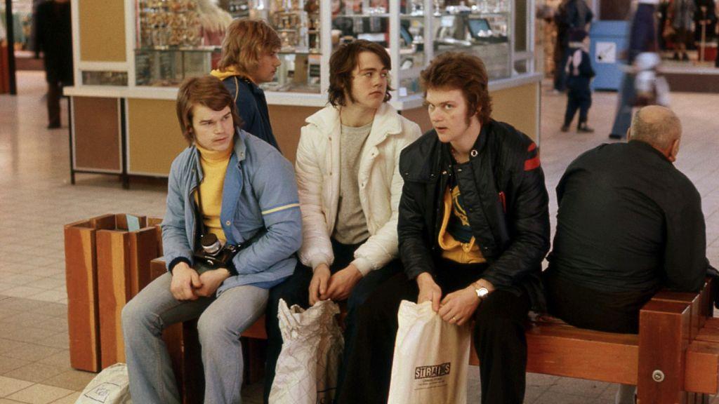 Hans Eriksson, Kenta Nilsson och Anders Steen väntar tålmodigt på flygplatsen i hopp om att komma hem till Sverige.