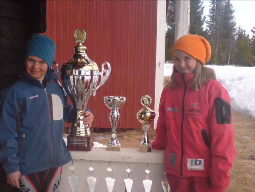 Nils och Tilda visar upp sina priser.