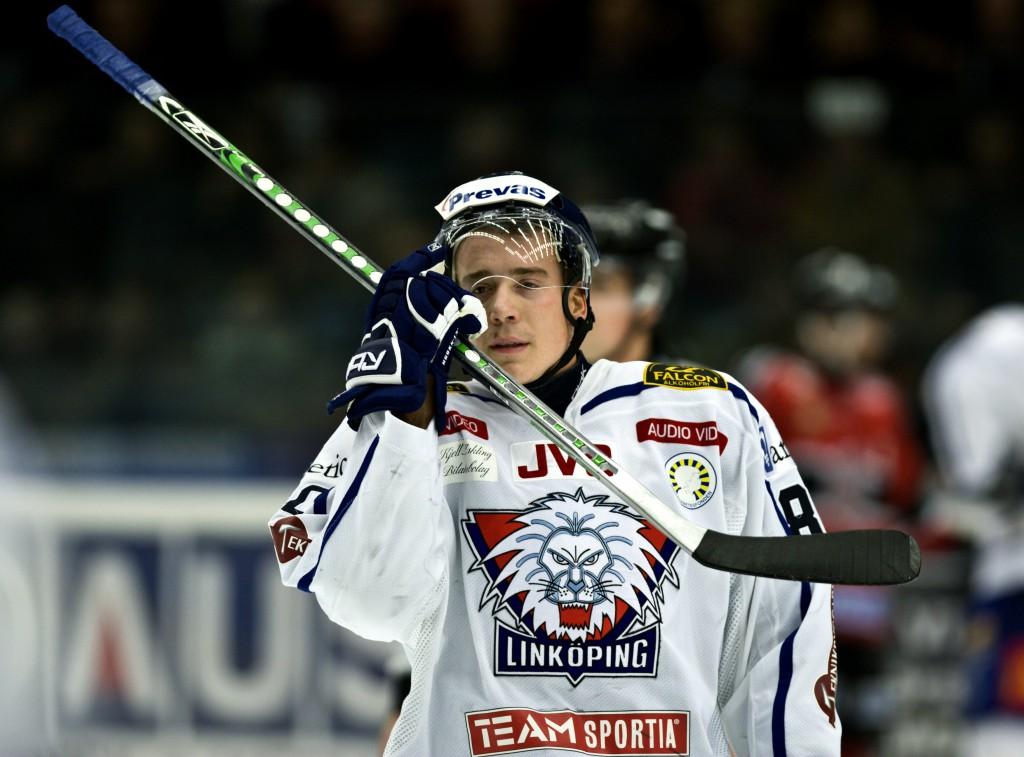 071103 Ishockey, Elitserien, Modo - Linkšping: Mattias Weinhandl, Linkšping fŒr matchstaff © BildbyrŒn - 95023