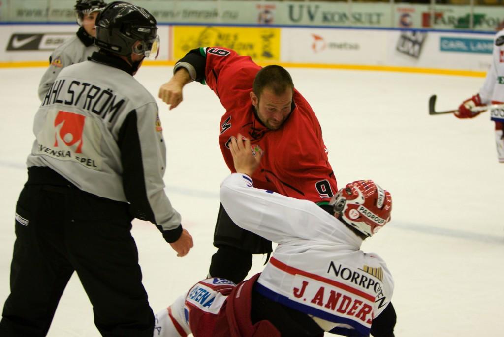 080903 Ishockey, SCA Cupen, TrŠningsmatch, TimrŒ - Modo: Magnus Wernblom, Modo och Johan Andersson, TimrŒ i slagsmŒl. BŒda fick matchstraff © BildbyrŒn - 95180