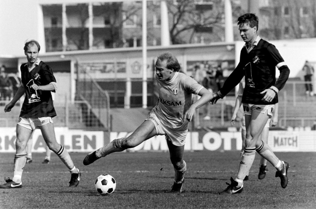 Mats Magnusson dribblar med AIK:s Sven Dahlkvist.
