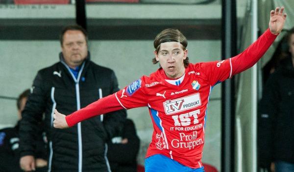 Östers främsta framtidsman heter Darijan Bojanic och är född i december 1994. Den tekniske mittfältstalangen fick en hel del speltid i Superettan förra säsongen och debuterade året dessförinnan. I år har han fått hoppa in i båda Östers inledande allsvenska matcher. På bilden från i måndags bevakas Bojanic av HIF-tränaren Roar Hansen –mannen som släppte fram honom i Öster.