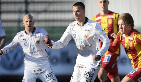 16 år var även Kalmar FF:s Melker Hallberg när han debuterade i allsvenskan för ett år sedan. Sedan fick han allt fler chanser och idag är 17-åringen startspelare i Nanne Bergstrands elva. Hand i hand med läromästaren Henrik Rydström i något år till kan Hallberg snart dundra igenom allsvenskan mot större mål utomlands. Nu är han allsvenskans yngste.