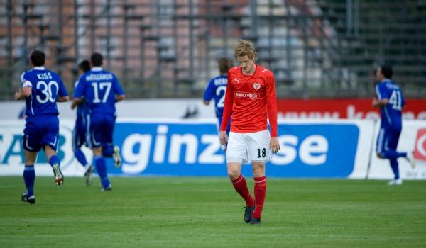 Som regerande svenska mästare fick Kalmar FF möta ungerska Debrecen i det första av tre test inför Champions League-gruppspelet 2009. Det svårgenomträngliga försvarsspelet som kalmariterna hade vunnit SM-guld på 9 månader tidigare höll inte i bortamatchen (0-2) och trots en hemmavinst med 3-1 gick ungrarna vidare på fler bortamål.