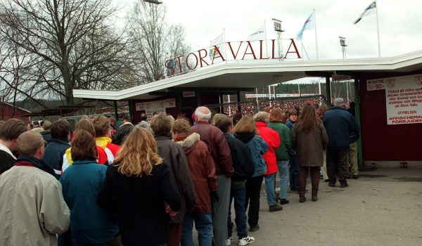 Under 90-talet var rivaliteten som störst mellan klubbarna. Stora Valla är spelplanen för söndagens derby, men om arenan blir lika fullproppad som för 20 år sedan återstår att se.