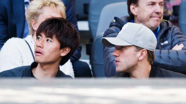 Martin Broberg på läktaren tillsammans med Soo Yong-Yoon.